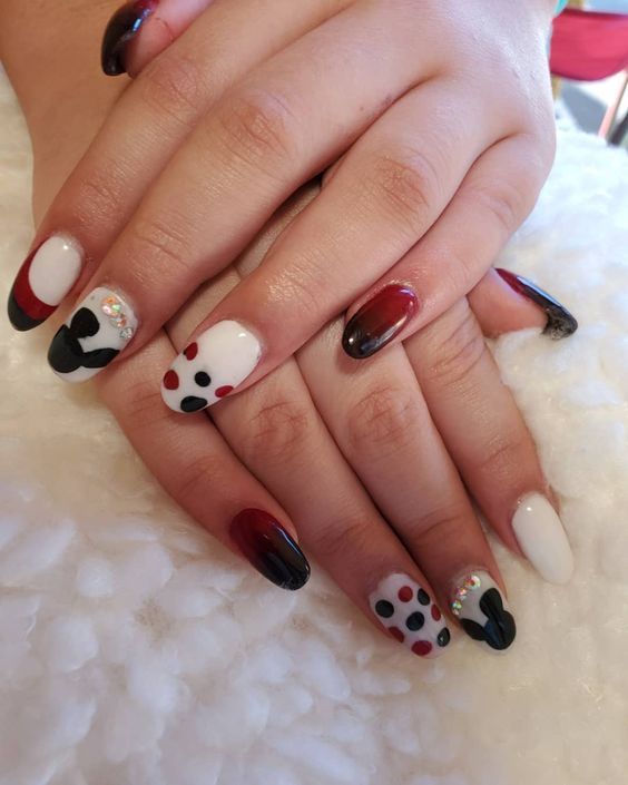 Ombre, Mickey Mouse, diamonds, polka dots … Want a little bit of everything on your fingers? This design cohesively puts it all together with simple tones and rounded nails.